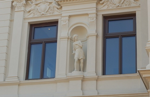 Ornamenter som ikke ble skiftet ut, ble grundig renset for maling og fikk modellert tilbake sine detaljer.